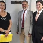 A assessora técnica Rosa Tenório, o promotor de Justiça Jorge Dória e o procurador-geral de Contas Enio Pimenta discutiram sobvre o fim dos lixões em Alagoas (Foto: Ascom MPC/AL)